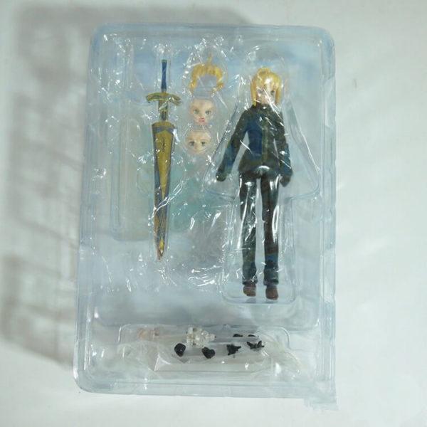 На картинке фигурка Fate Zero Сейбер в черном костюме (подвижная), вид спереди в упаковке.
