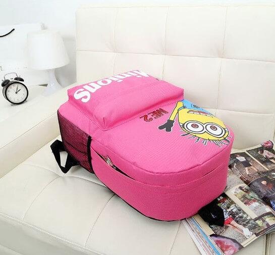 На картинке портфель с миньонами (Гадкий Я), вид сбоку, цвет розовый.