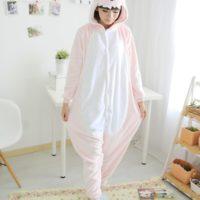 На картинке пижама-кигуруми «Динозавр», вид спереди, цвет светло-розовый.