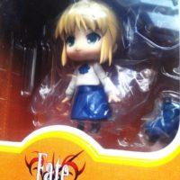 На картинке фигурка Fate-stay night нендроид Сейбер в повседневной одежде, общий вид в упаковке.
