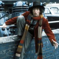 На картинке шарф «Доктор Кто», кадр из сериала.