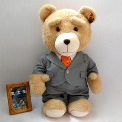 На картинке игрушка медведь Ted из фильма «Третий лишний» (toys), вид спереди.