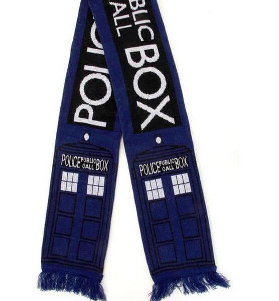 На картинке шарф «Доктор Кто» Синяя полицейская будка, общий вид.