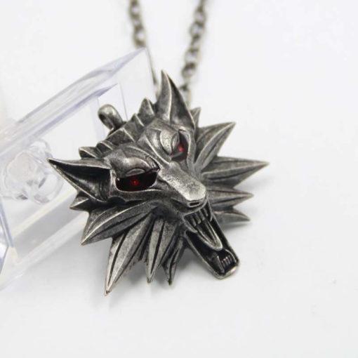 На картинке амулет ведьмака Геральта (2 варианта), вариант С красными глазами.