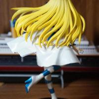 На картинке фигурка Вокалоид Lily (Лили), вид сзади.