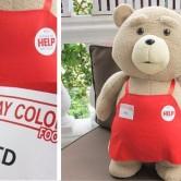 На картинке игрушка медведь Тэд из фильма «Третий лишний», общий вид и крупный план.
