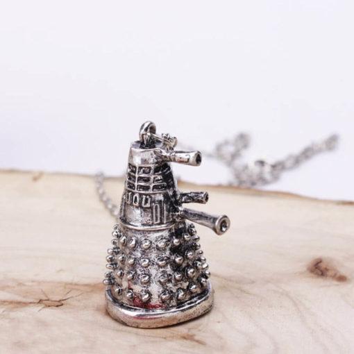 На картинке кулон «Далеки» из Доктор Кто, крупный план.