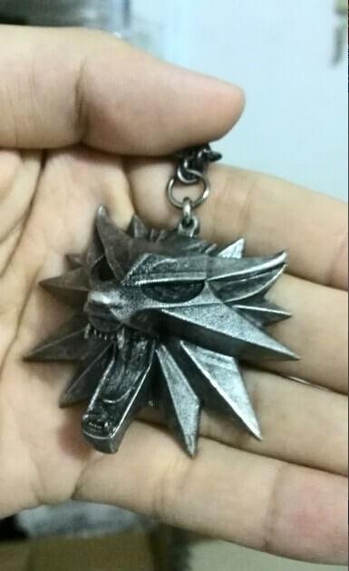 На картинке медальон ведьмака Геральта (Школа волка).