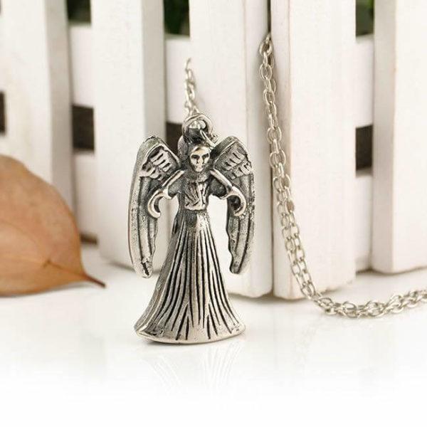 На картинке кулон «Плачущий ангел» Доктор Кто (2 варианта), вариант Злой.