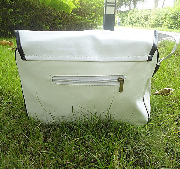 На картинке сумка «Блич», вид сзади.