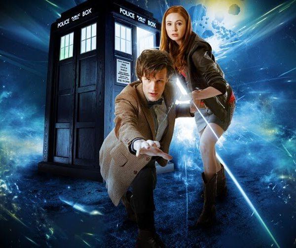 На картинке кулон «Доктор Кто», промо к сериалу.