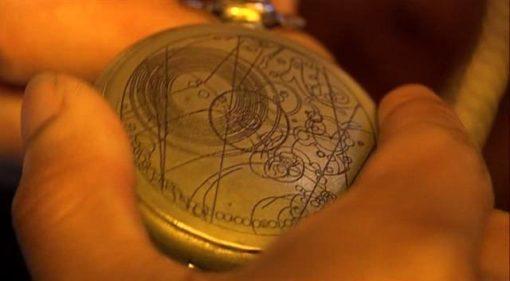 На картинке часы «Доктор Кто», крупный план.