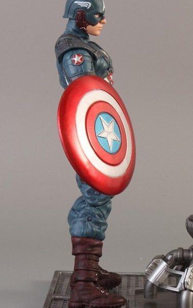 На картинке фигурка «Капитан Америка» «Мстители: Эра Альтрона», вид сбоку.
