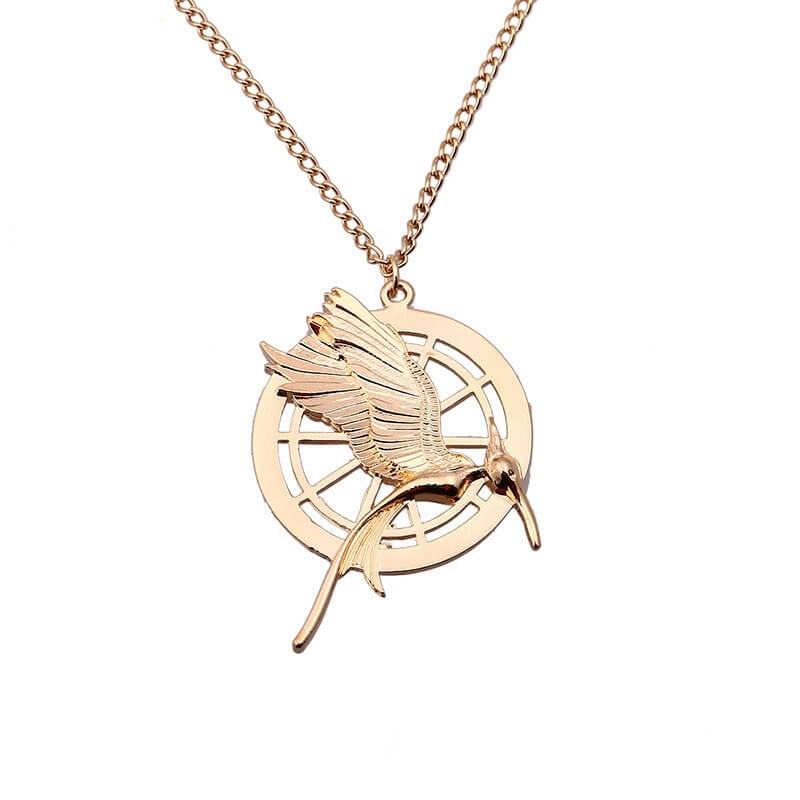 На картинке амулет «Сойка пересмешница» (Голодные игры), вариант Золото.
