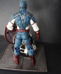 На картинке фигурка «Капитан Америка» «Мстители: Эра Альтрона», вид сзади.