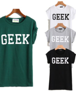 На картинке футболка с надписью «geek» (гик) 4 цвета, вид спереди.