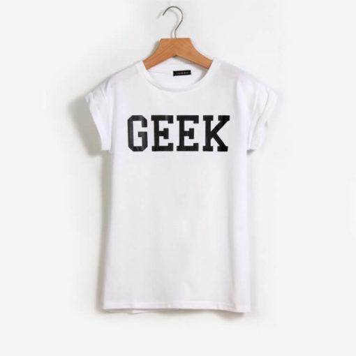 На картинке футболка с надписью «geek» (гик) 4 цвета, вид спереди, цвет белый.