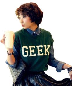 На картинке футболка с надписью «geek» (гик) зеленая, вид спереди.