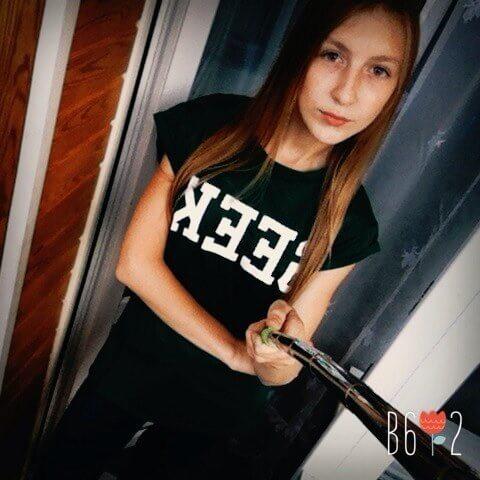 На картинке футболка с надписью «geek» (гик) 4 цвета, вид спереди, цвет черный.