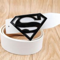 На картинке мужской кожаный ремень «Супермен» (Superman) 4 варианта, вариант Белый с белым.