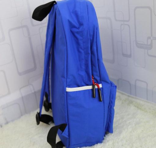 На картинке рюкзак «Супермен» (Superman), вид сбоку.