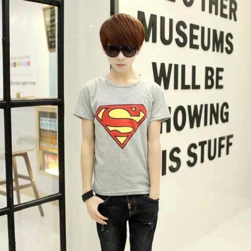 На картинке футболка с логотипом Супермена (Superman) 4 варианта, цвет серый.