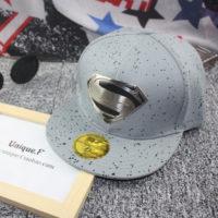 На картинке рэперская кепка «Супермен» (Superman) с прямым козырьком, общий вид, цвет серый.