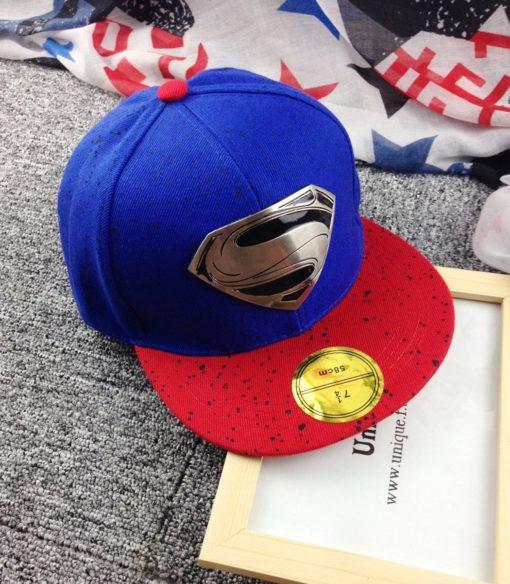 На картинке рэперская кепка «Супермен» (Superman) с прямым козырьком, общий вид, цвет синий.