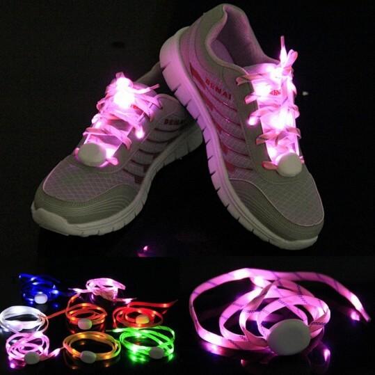 На картинке шнурки, которые светятся в темноте (6 цветов), розовые.
