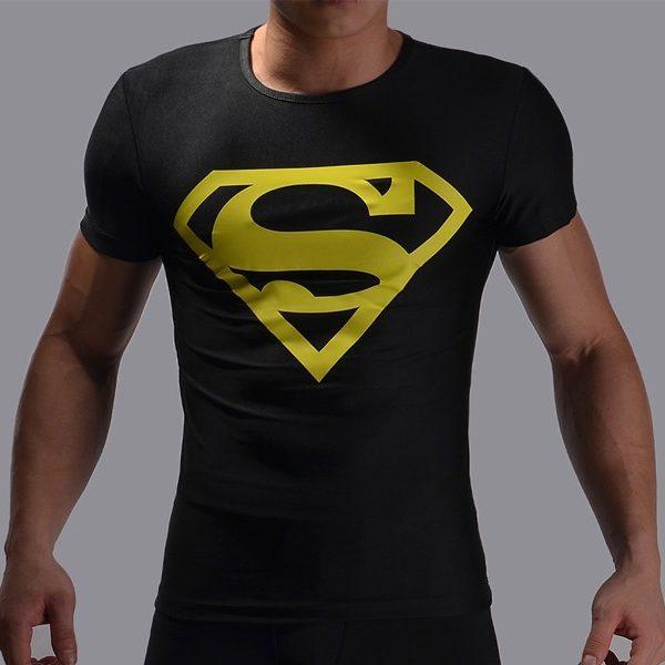 На картинке футболка с эмблемой Супермена (Superman) 4 варианта, вариант Черная с желтым.