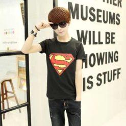 На картинке футболка с логотипом Супермена (Superman) 4 варианта, цвет черный.
