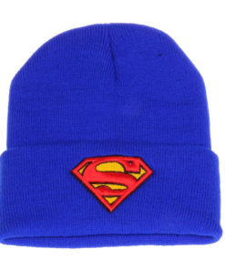 На картинке шапка со знаком «Супермен» (Superman), вид спереди.