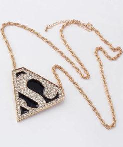 На картинке кулон-ожерелье «Супермен» (Superman), вид спереди.