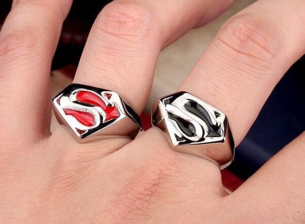 На картинке кольцо «Супермен» (Superman) 2 варианта, вид спереди.