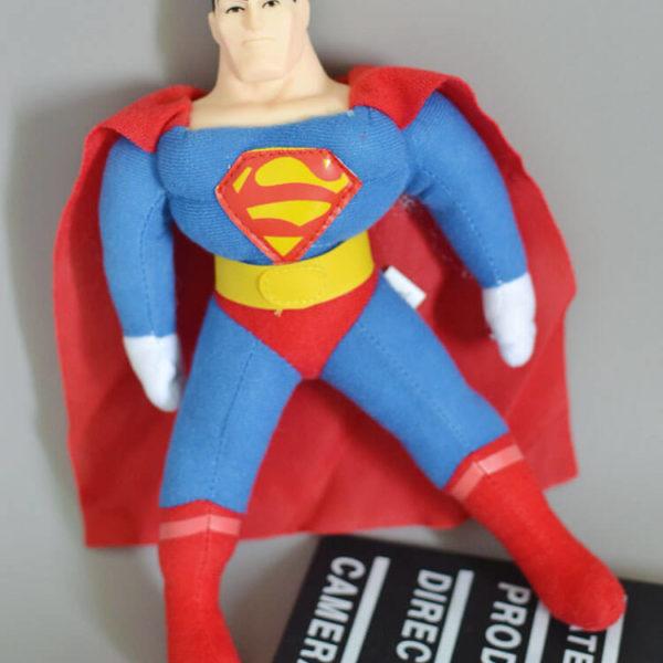 На картинке мягкая игрушка «Супермен» (Superman), вид спереди.