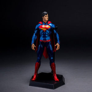 На картинке фигурка «Супермен» (Superman), вид спереди.