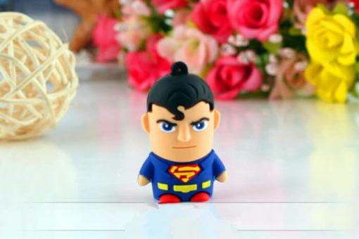 На картинке флешка «Супермен» (Superman), вид спереди.