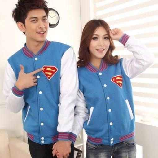 На картинке куртка со знаком (логотипом) Супермена (Superman), вид спереди.