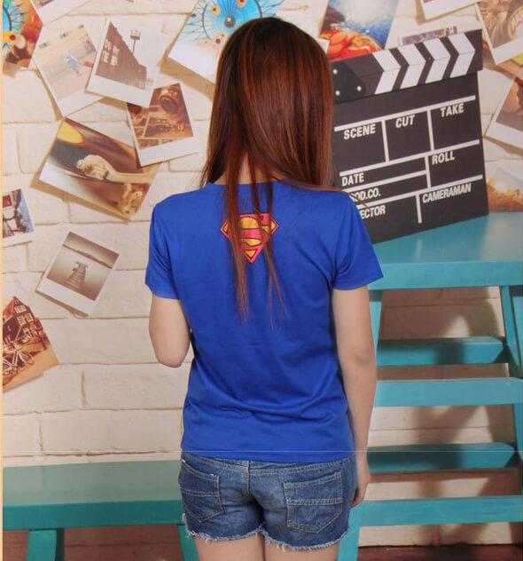 На картинке футболка «Супермен» женская (Superman), вид сзади.