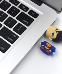 На картинке флешка «Супермен» (Superman), общий вид.