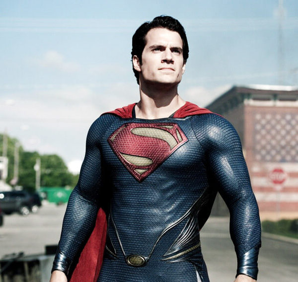 На картинке синяя футболка «Супермен» (Superman), кадр из фильма.