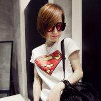 На картинке футболка с логотипом Супермена (Superman) 4 варианта, цвет белый.