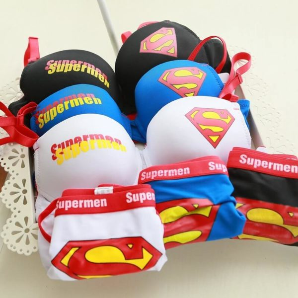 На картинке комплект нижнего белья бюстгальтер и трусики «Супермен» (Superman) 3 варианта, общий вид.