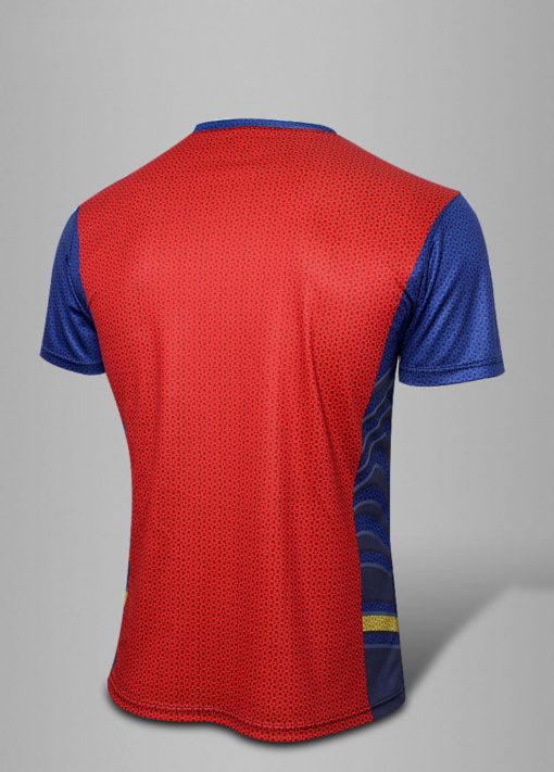 На картинке синяя футболка «Супермен» (Superman), вид сзади.