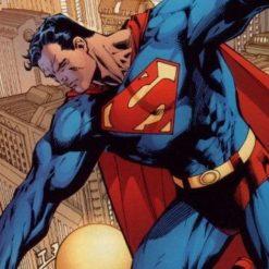 На картинке футболка со знаком (значком) Супермена (Superman), кадр из комикса.