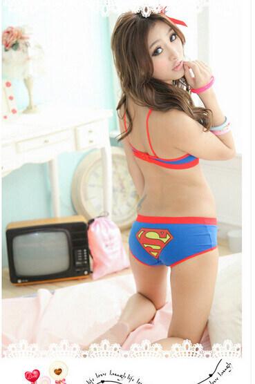 На картинке комплект нижнего белья бюстгальтер и трусики «Супермен» (Superman) 3 варианта, вид сзади, цвет синий.