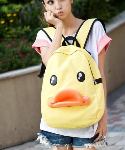 На картинке рюкзак утка, вид спереди.