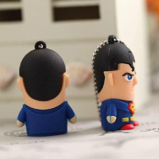 На картинке флешка «Супермен» (Superman), вид сзади и сбоку.