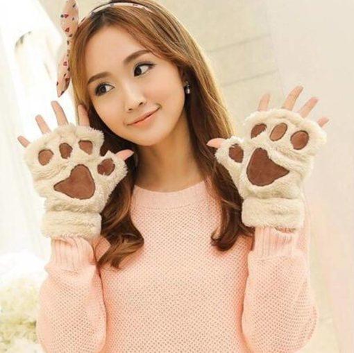 На картинке варежки-перчатки кошачьи лапки, цвет бежевый.
