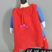 На картинке мягкая игрушка «Супермен» (Superman), вид сзади.
